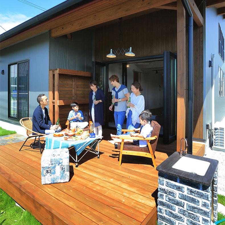 平屋+αの家Loaferのウッドデッキで庭キャンプを体験